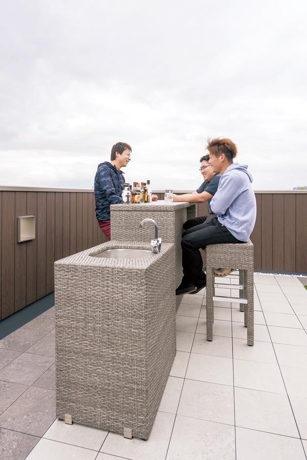 IDK 住まいの発見館【1000万円台、子育て、屋上バルコニー】友人にお酒を振る舞ったり、 ひとり静かに星空のもとグラスを傾けたり。シンク付きのバーカウンターが大活躍