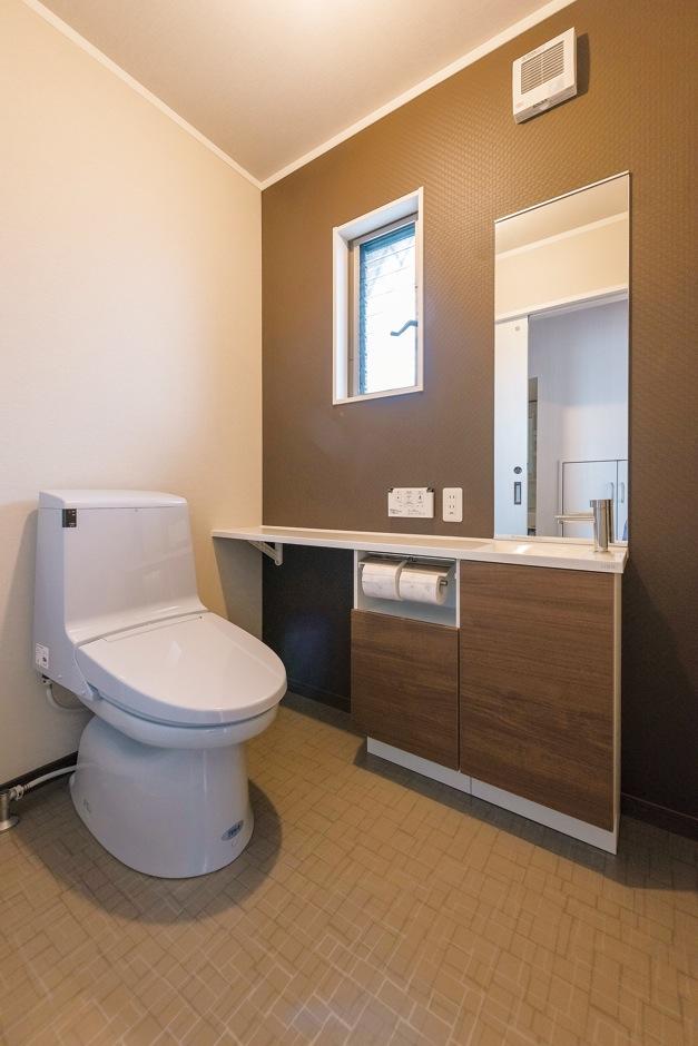 IDK 住まいの発見館【1000万円台、子育て、屋上バルコニー】1階のトイレは、エステに訪れるお客さまも使用するため、広めに設えた