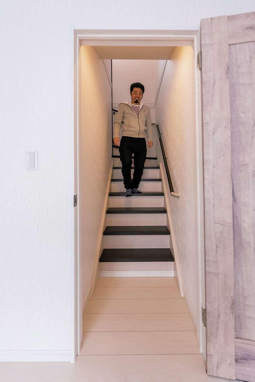 IDK 住まいの発見館【1000万円台、子育て、間取り】踏み板が黒、蹴込み板が白のモノトーンの階段はご主人のアイデア。エアコンの効率を考えてドアも付けた