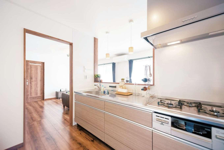 IDK 住まいの発見館【1000万円台】キッチンは開放感がありながら、袖壁があることで程よく視線を遮り、来客時にも水回りの生活感を見せずに済む