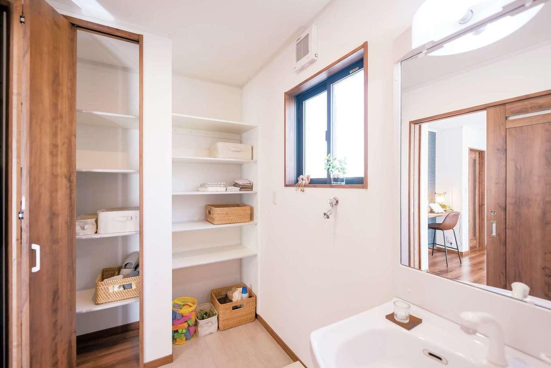 IDK 住まいの発見館【1000万円台】洗面室には、半分はオープン、半分は扉のついた可動棚があり、収納の使い分けができて便利