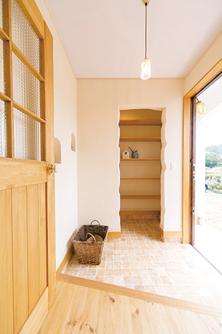 玄関のたたきには大理石のタイルをチョイス。大きな収納があるので、いつでもスッキリ保てる