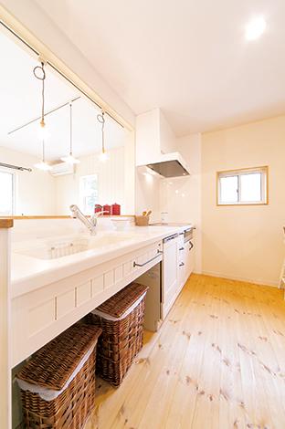 キッチンは扉面材を木製にすることで見た目も優しく、 温かみもナチュラル感もアップ