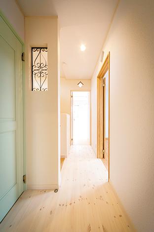 アイアンとトイレのドアのグリーンが印象的