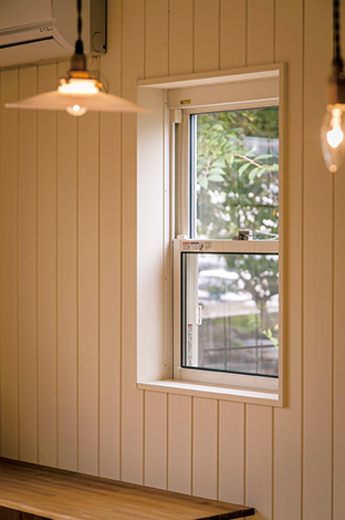 下地に茶色を塗った上にクリーム色を重ねた天然木の板壁。少し削れば、エイジングすることもできる。手を加える楽しみのある家は、建ててから本当の住まいづくりが始まると言えるだろう