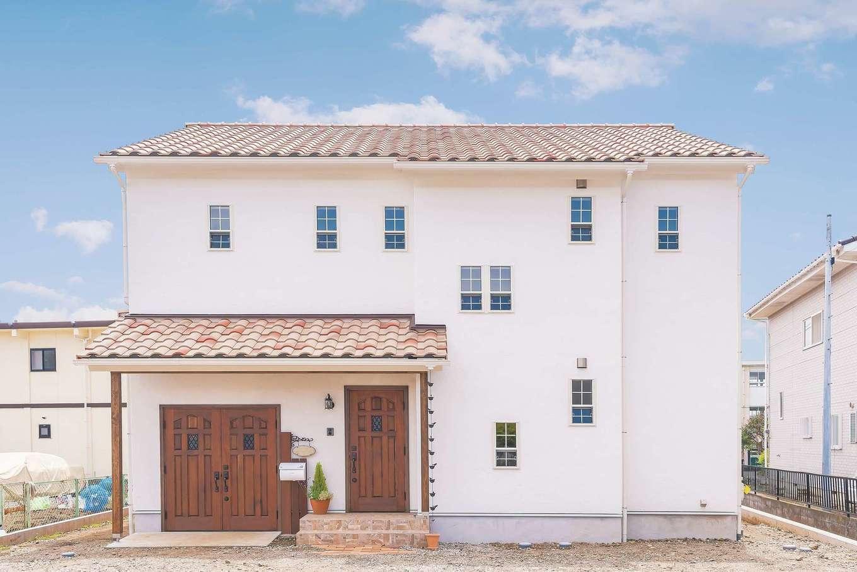 kitol(キトル)【輸入住宅、自然素材、インテリア】夫婦の夢を叶えたプロヴァンススタイルの外観。陶器瓦、塗り壁、木製ドア、白い格子の上げ下げ窓がバランス良く調和している。縦・横のラインが美しいプロポーションは『kitol』ならではのこだわり