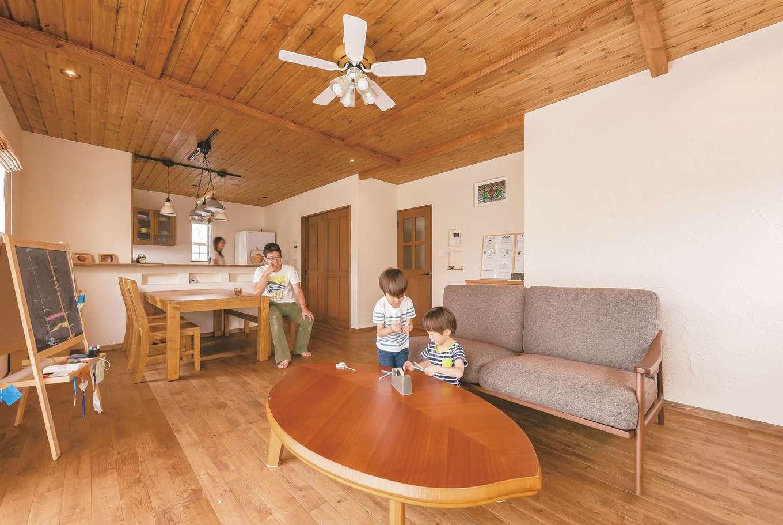 ナチュラルテイストのLDKは、おだやかな時間がゆっくりと流れる。呼吸する無垢の木と調湿効果の高い漆喰の塗り壁で作られた室内は、夏はサラッと涼しく、冬は乾燥しない潤いに満ちた快適な住空間を実現。オーク材の床の経年変化も楽しみ