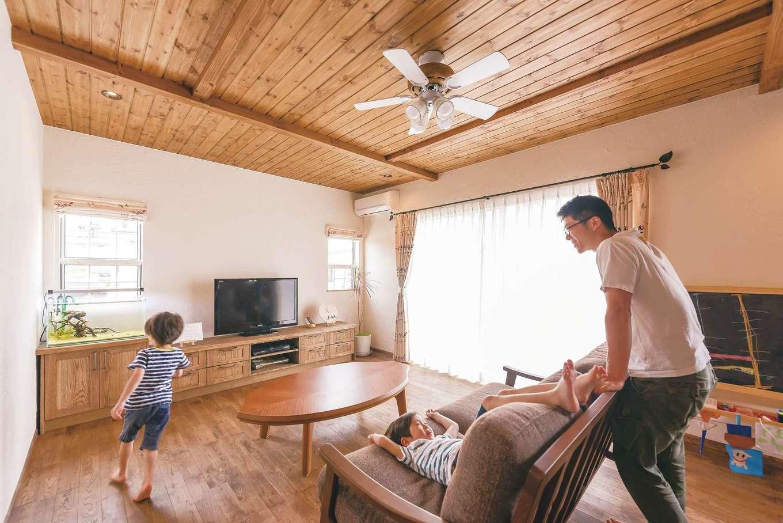 『kitol』のおしゃれな造作家具や照明でコーディネートされた心地いいリビング。育ち盛りの子どもたちが素足で家中を走り回る