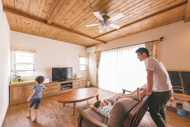 kitol(キトル)【輸入住宅、自然素材、インテリア】『kitol』のおしゃれな造作家具や照明でコーディネートされた心地いいリビング。育ち盛りの子どもたちが素足で家中を走り回る