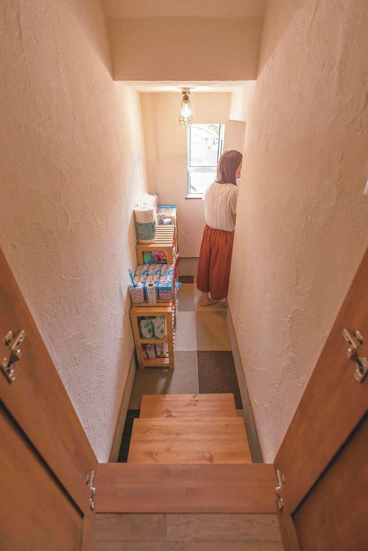 階段下のデッドスペースを上手に活かしたパントリー。地下倉庫のような遊び心あふれる空間