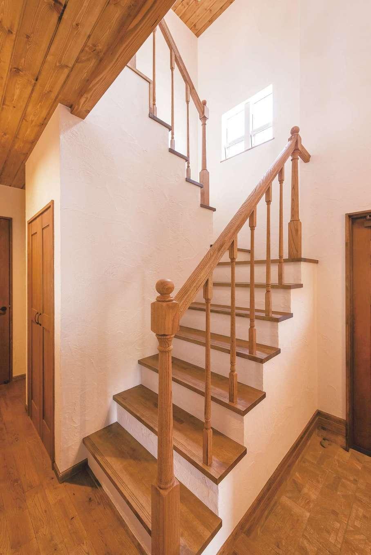 オブジェのように美しい階段の手摺りは、大工の豊富な経験と確かな技術がないと作れない。シューズボックスもオーク材で素材を合わせて造作し、内側まで実用的に作られている