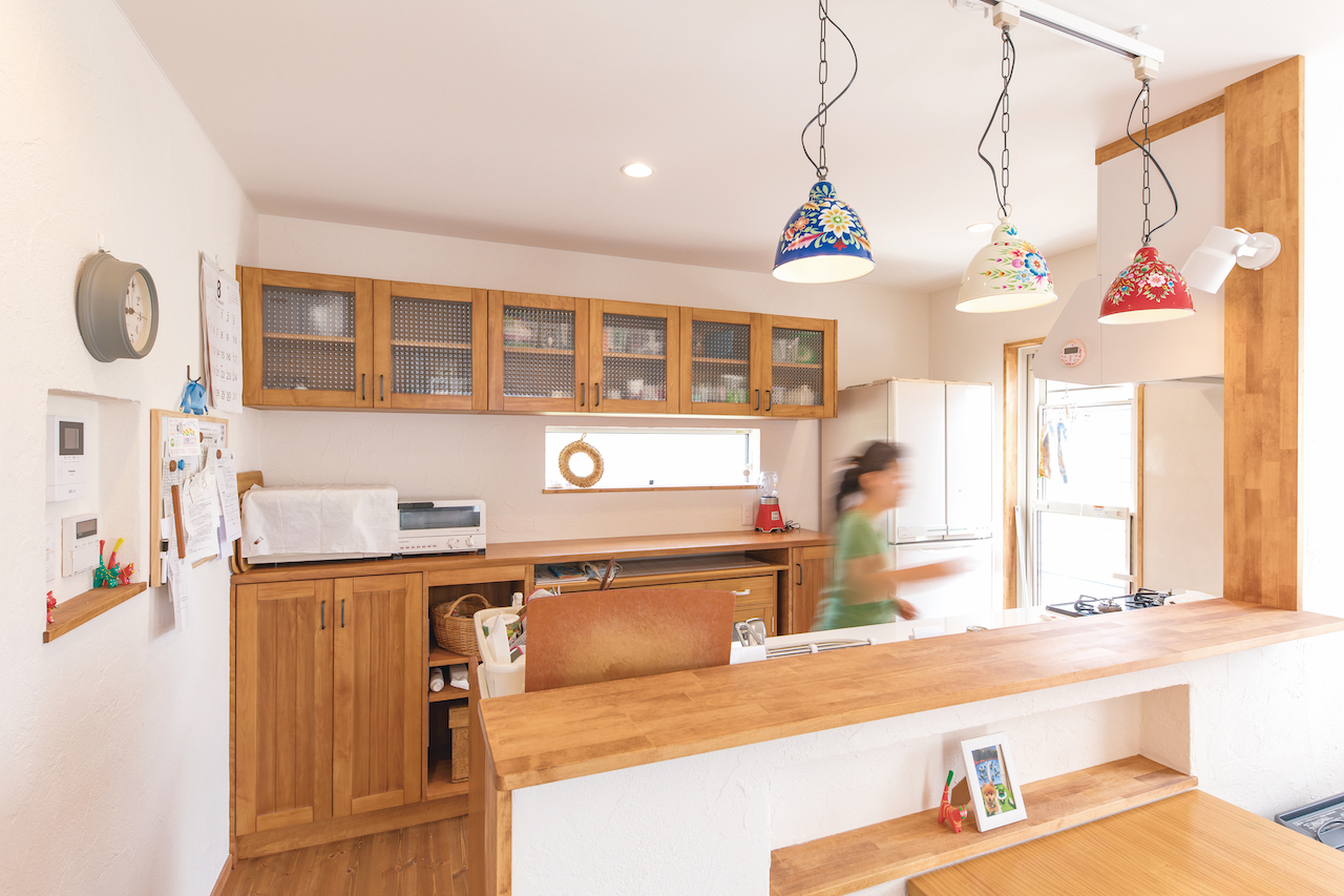 カウンターの高さ、奥行きまでサイズを指定したオーダーキッチン。キッチン下の収納はあえて扉をつけず、出し入れしやすいデザインに。常に空気に触れているので、湿気もこもらない
