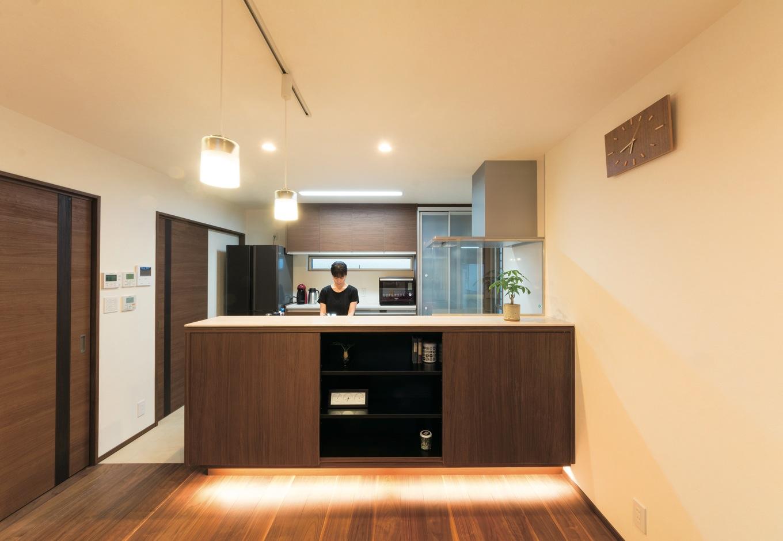 キッチンカウンターは特注家具で制作。手元を隠しながら収納も完備