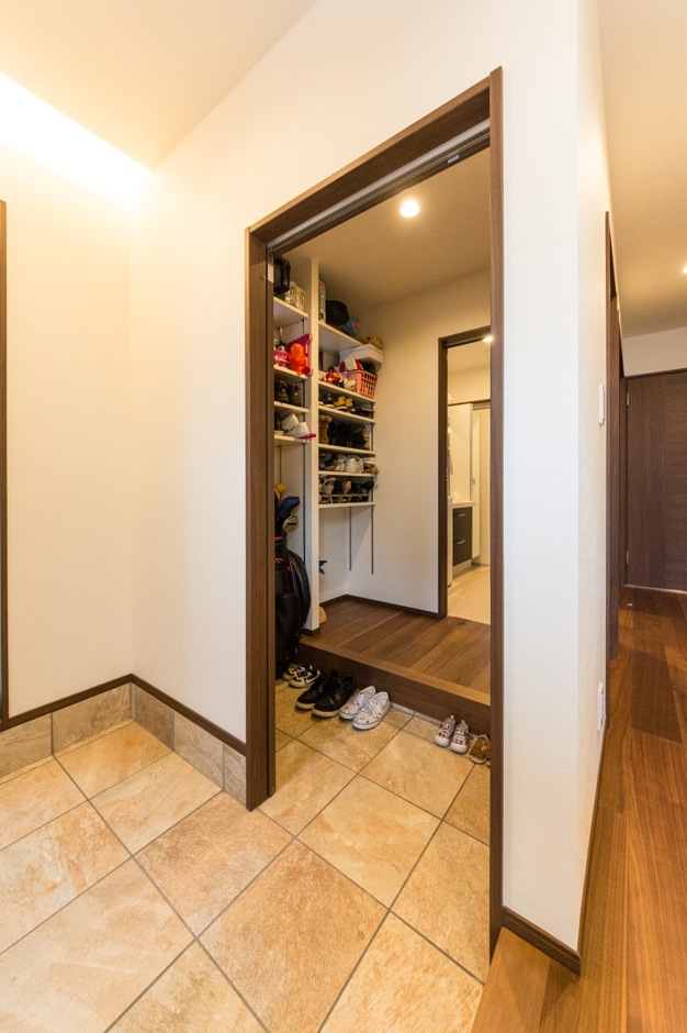 玄関からシューズクロークを通って、そのままバスルームへ行ける動線になっている