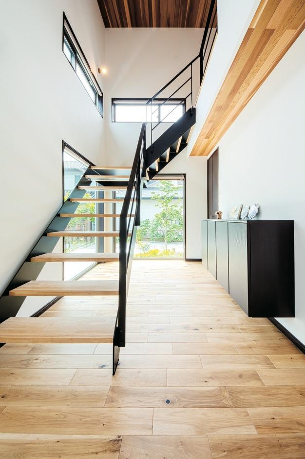藤井建築事務所 -delphi-【デザイン住宅、二世帯住宅、建築家】玄関に一歩足を踏み入れると、この開放感。庭側を開くことにより、たっぷりの光と視線の伸びがもたらされている。天井にもレッドシダーが張られ、鉄骨と無垢板の素材感が空間にあたたかみを添えている