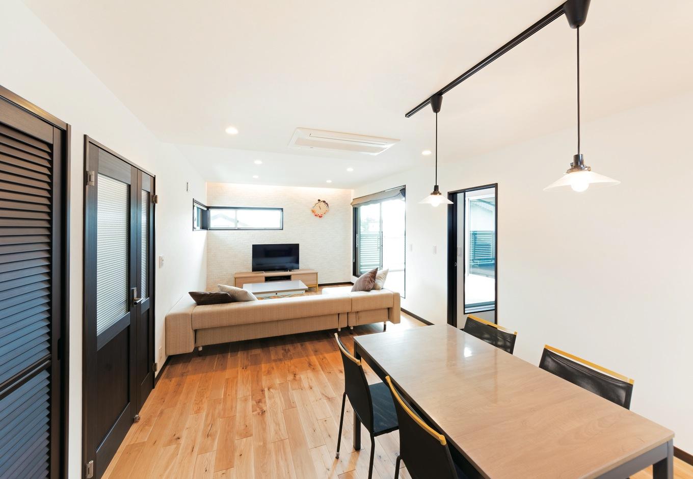 藤井建築事務所 -delphi-【デザイン住宅、二世帯住宅、建築家】キッチンに立てば、家族の様子がひと目で見渡せる。パントリーは大容量で、使い勝手もいい。ゴミ置き場用のバルコニーも重宝している