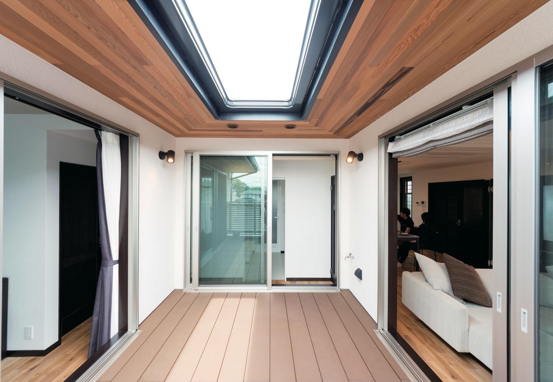 藤井建築事務所 -delphi-【デザイン住宅、二世帯住宅、建築家】3つの空間に囲まれたウッドデッキは多彩な役割。広さ、楽しさを提供しながら、家族のつながりが育まれていく。深い軒は夏の日差しと雨を防ぎ、快適を室内に運ぶ