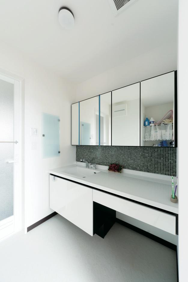 藤井建築事務所 -delphi-【デザイン住宅、二世帯住宅、建築家】洗面台は奥さまが選んだタイルがアクセント。LDKや玄関にも効果的にタイルが使われている