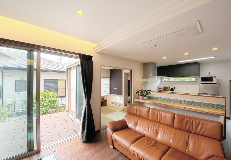 藤井建築事務所 -delphi-【デザイン住宅、二世帯住宅、建築家】1階もウッドデッキをアウトリビングに。天井を折り上げて間接照明を施すなど、随所に癒しの演出