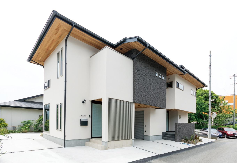 藤井建築事務所 -delphi-【デザイン住宅、二世帯住宅、建築家】立体感とタイルのアクセントが確かな主張を放つ。軒天のレッドシダーはご主人のこだわり。中央のガレージには外部倉庫も完備