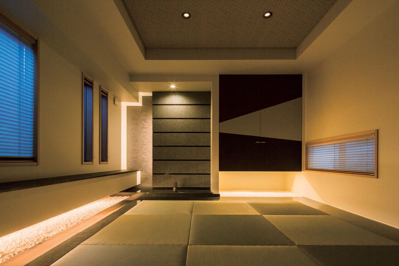 藤井建築事務所 -delphi-【デザイン住宅、建築家、鉄骨鉄筋コンクリート構造】照明デザインの美しさが際立つ和室。外周部に敷かれた御影石が光を反射し、程よい陰影を生み出す
