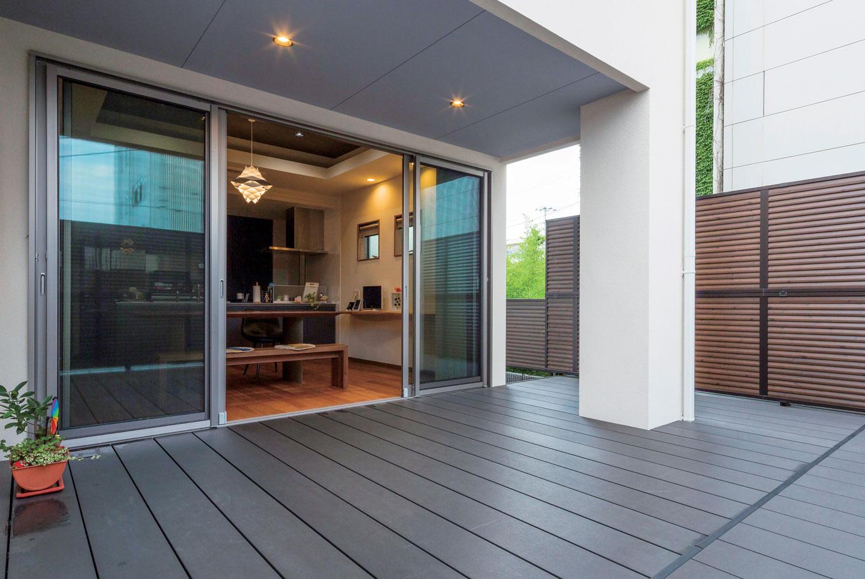 藤井建築事務所 -delphi-【デザイン住宅、建築家、鉄骨鉄筋コンクリート構造】リビングから続くウッドデッキ。休日にはBBQを楽しむなど、家族の団欒のひとときを満喫できるよう広くとった