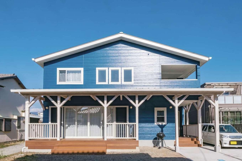 藤井建築事務所 -delphi-【デザイン住宅、間取り、建築家】鮮やかなブルーの外観にウッドデッキが目を引く、Aさん夫妻こだわりのサーファーズスタイルの家。夫妻が思い描いたイメージを建築家と共有しながら、自分たちらしさの光る家に仕上げた