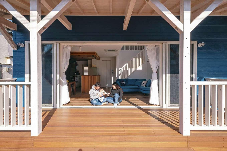 藤井建築事務所 -delphi-【デザイン住宅、間取り、建築家】木製のウッドデッキ。フルオープンの窓が開放感を演出する