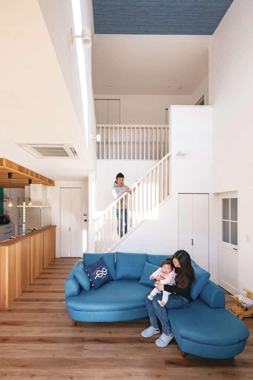 藤井建築事務所 -delphi-【デザイン住宅、間取り、建築家】天井高約6m。吹き抜けが開放的なリビング