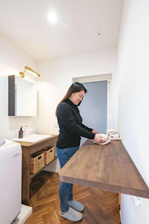 藤井建築事務所 -delphi-【デザイン住宅、間取り、建築家】洗面室には、バタフライ式カウンターを設置。洗濯物を畳んだりアイロンをかけるのに大活躍