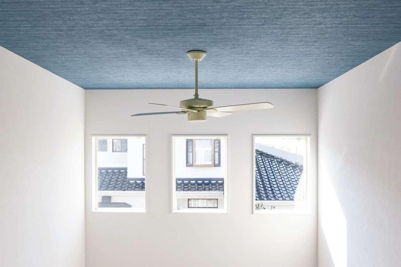 藤井建築事務所 -delphi-【デザイン住宅、間取り、建築家】2階ホールからの眺め。外観のアクセントにもなっている3連の小窓からは光がたっぷりと降り注ぐ