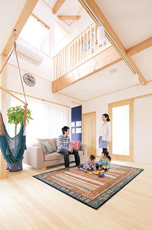 河原崎建設【デザイン住宅、子育て、自然素材】リビングは家族の一体感が育まれる場所。大きな開口部から採り込まれた光とともに、家族の声や気配もサンゴの塗り壁に反射しながら家中に運ばれていく