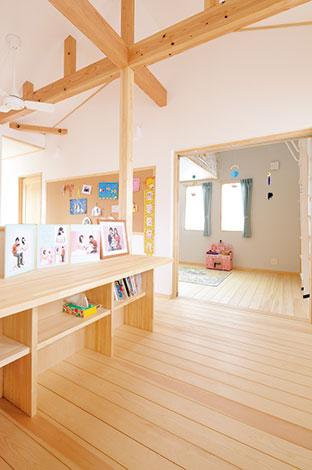 河原崎建設【デザイン住宅、子育て、自然素材】家族が何気なく集う場所となるよう、本棚 とカウンターを用意。勾配天井にすることで開放感がさらにアップした