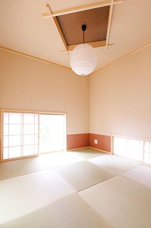 河原崎建設【デザイン住宅、子育て、自然素材】視線の抜けまで計算された和室は、折り上げ天井が印象的。壁の一部やふすまには、アクセントとしてあたたかな風合いの和紙が使われている