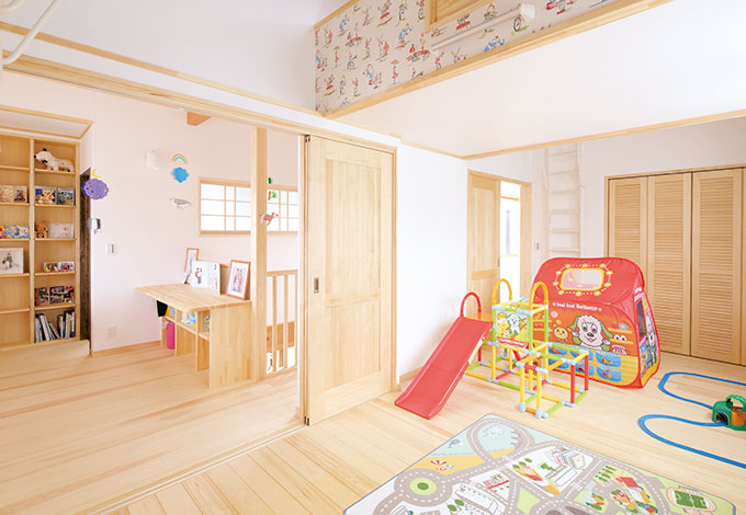 河原崎建設【デザイン住宅、子育て、自然素材】子ども部屋は小さなうちは開いて使 い、広さと近さを優先。ロフトの壁には、どうしても取り入れたかったというキャスキッドソンの輸入クロスを使用した