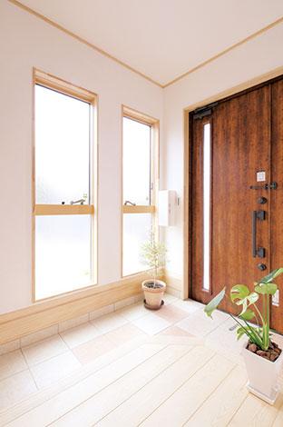 河原崎建設【デザイン住宅、子育て、自然素材】玄関にはあえて靴箱を用意していない。シューズクロークを家族用の玄関とすることで、常にすっきりとした空間で来客を迎えられる