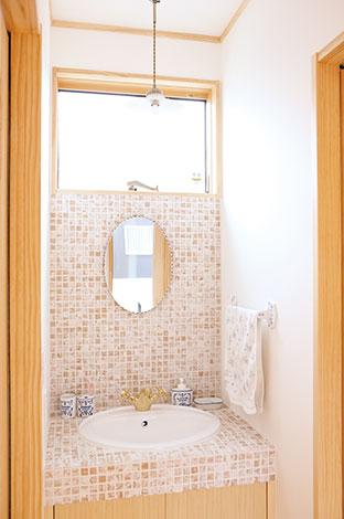 河原崎建設【デザイン住宅、子育て、自然素材】造作洗面台は、タイルはもちろん水栓や照明まで吟味
