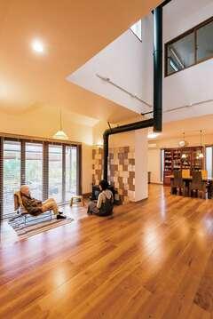 絵になるデザインと広々空間の薪ストーブがある家