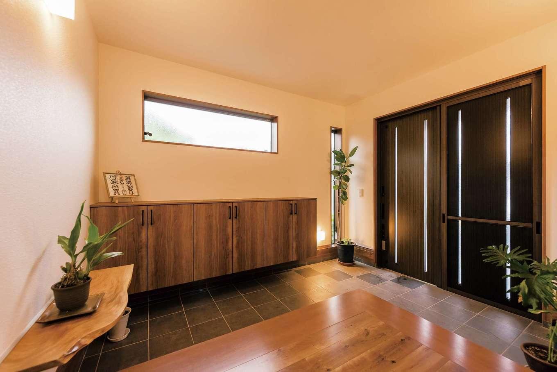 玄関の一部を凹ませて坪庭にする提案もあったが、家相を考慮して変更。ゆとりのある玄関スペースが生まれた