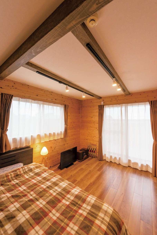 壁を板張りにした長男の部屋。飾り梁には照明も付けられ、こだわりの詰まった部屋になっている