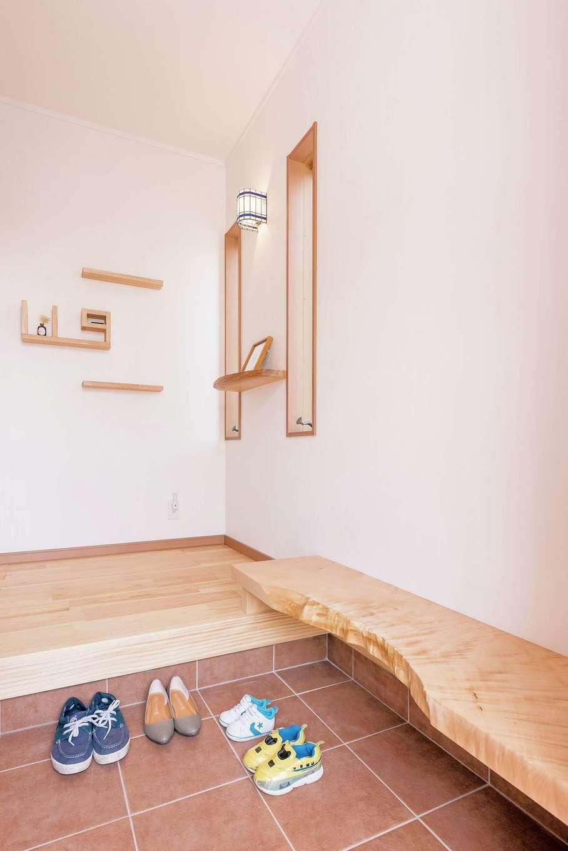 河原崎建設【自然素材、間取り、インテリア】玄関の腰掛けベンチも、木の自然な造形を活かした一枚板で。壁面の飾り棚も職人の手作業