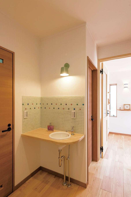河原崎建設【自然素材、間取り、インテリア】来客の目にも留まる手洗いは、かわいいモザイクタイルでおめかし