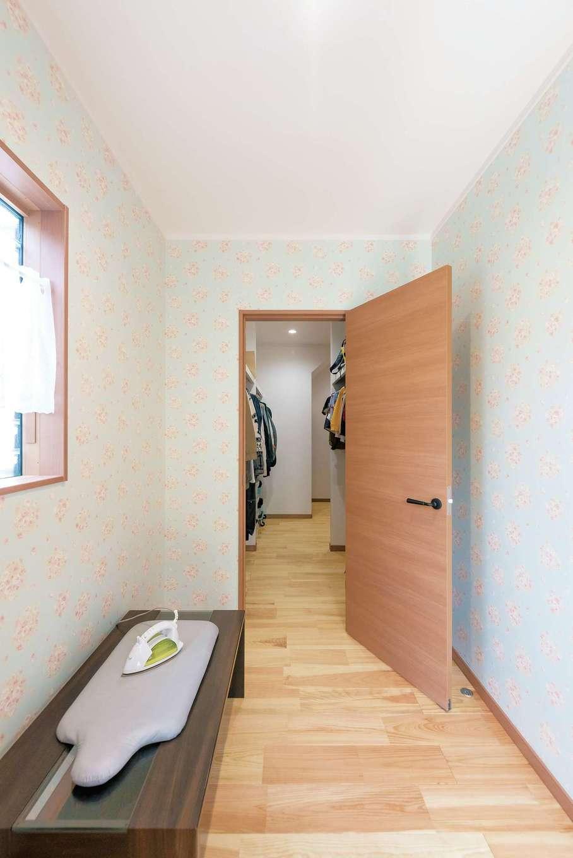 河原崎建設【自然素材、間取り、インテリア】洗面脱衣所からクローゼット、家事室を繋いだ動線。家事室から外の物干し場に出られ、洗濯物を取り込んだらそのままクローゼットに