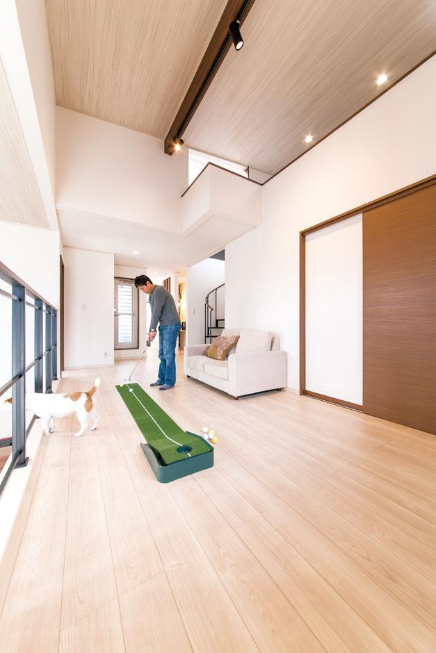 サンワ開発【デザイン住宅、収納力、間取り】夏はご主人の趣味であるゴルフを楽しんだり、冬はこたつを置いて過ごしたりと、第2のリビングとして活躍。らせん階段はロフトの収納スペースと屋上へ続いている
