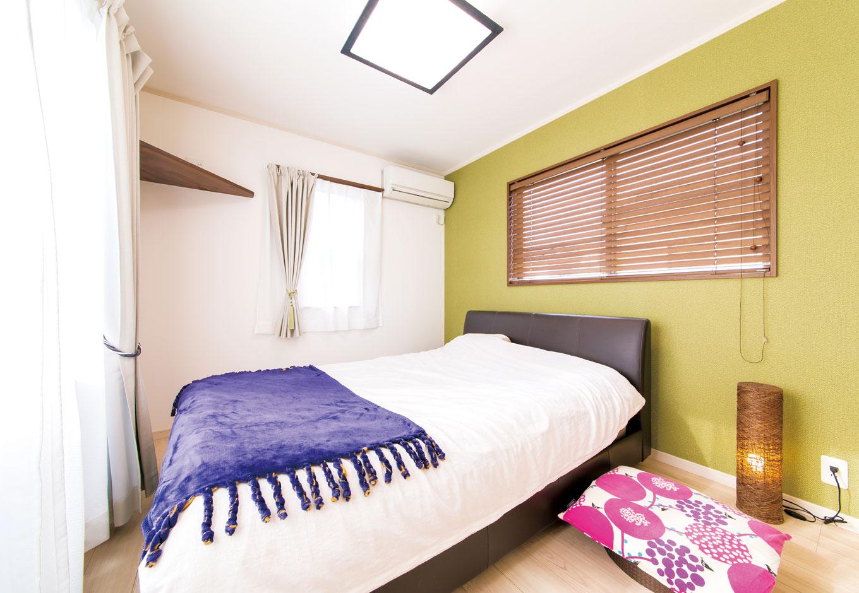 サンワ開発【デザイン住宅、収納力、間取り】2階の化粧スペース。奥様の センスが活かされている 5/壁の 一面だけクロスの色を変更した 寝室。扉を設置せず、2階フリー スペースからダイレクトに入れる