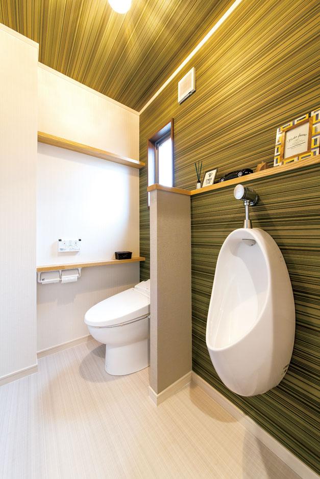 サンワ開発【デザイン住宅、収納力、間取り】ご主人が壁紙、棚、 手洗い等をコーディネートした1 階のトイレ