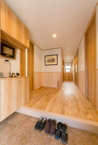 天井もサンゴの塗り壁で仕上げた。玄関に立つだけで、この家のなかの空気の質が外とまるで違うのがよくわかる