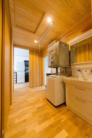 木の温もりたっぷりの洗面&脱衣所。天井に取り付けられた収納式の洗濯物干しは、ご主人さまと大門さんから奥さまへのサプライズプレゼント