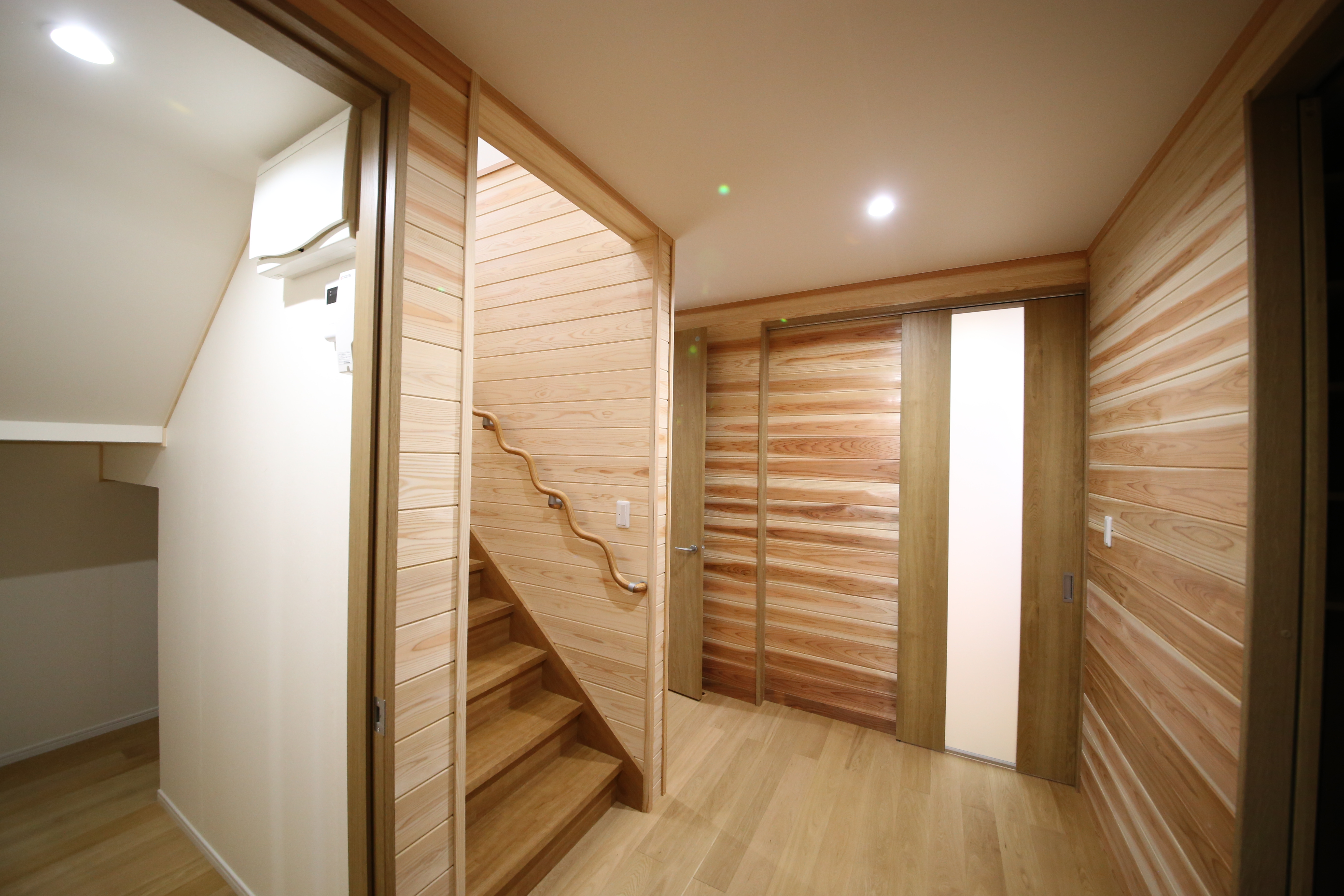 階段下スペースは収納として有効活用。少しの工夫で収納スペースを何倍にも増やしている