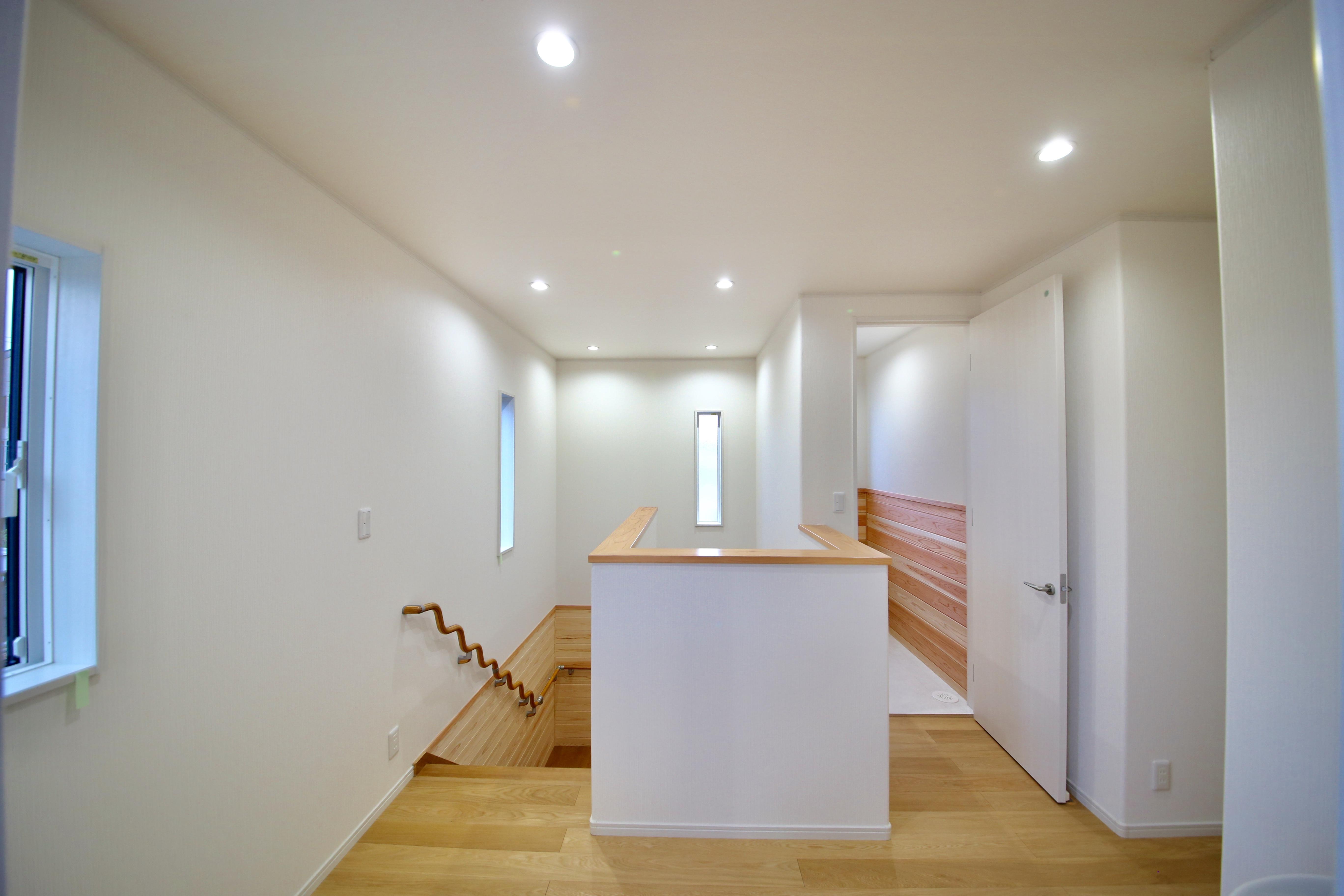 2階ホールは白く明るい印象。各方向に採光のための窓を設けた